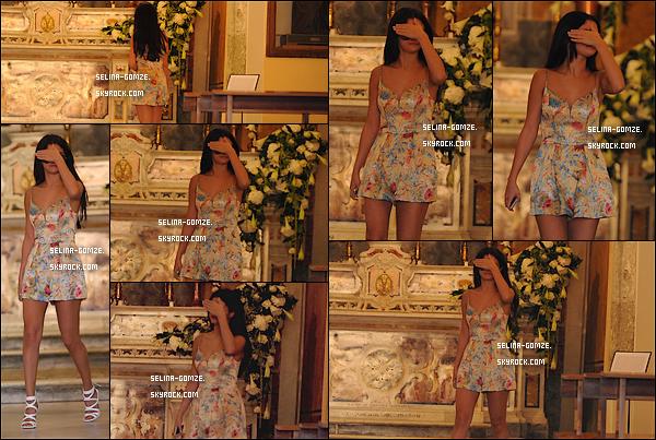 . 19/07/14 : Heureuse comme tout, Selena a été aperçue en pleine création de jus d'orange. .
