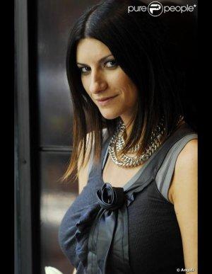 Laura Pausini splendide en Armani pour sa tournée! !