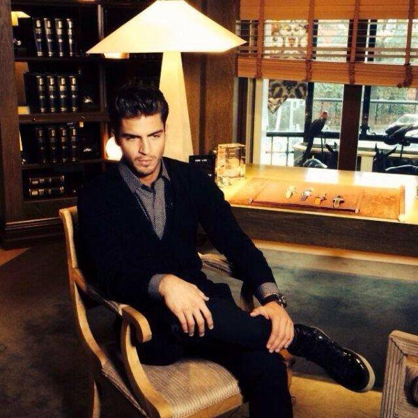 ♥Maxi Iglesias parle de montres dans la joaillerie Yanes de #JeanRichard pour @solomodatve♥