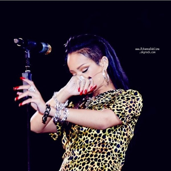 "Le 17 Octobre 2013: Rihanna à sa tournée ""Diamonds World Tour in Cape Town"""