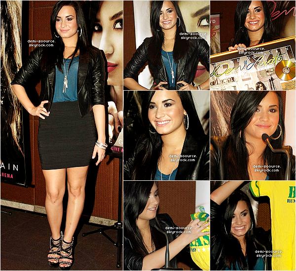 """* 28.05.2010 : Elle est allée à une conférence de presse au """"Grand Hyatt Hotel""""   28.05.2010 : Demi a donné le dernier concert de sa tournée, à Sao Paulo. (Brésil) *"""