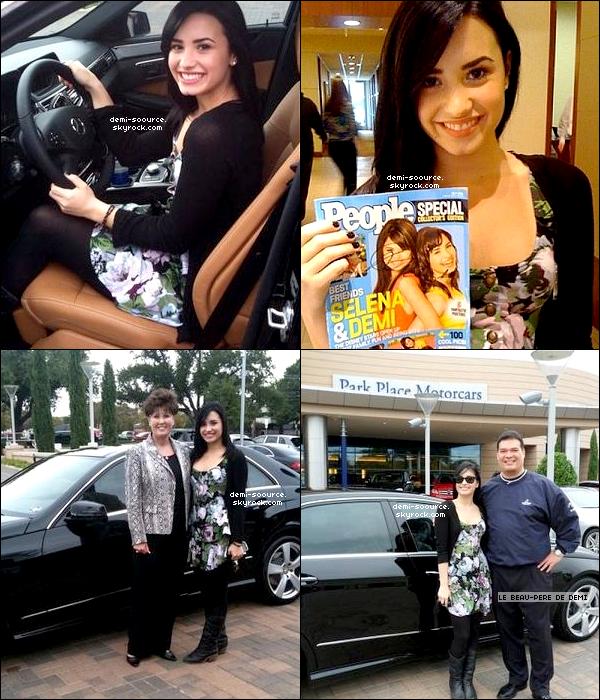 *  04.11.2009 : Demi vient d'avoir sa propre voiture, une Mercedes-Benz, qu'elle inaugure à Dallas (Texas)  *