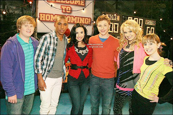 """* « Demi est ma meilleure amie. » - Selena Gomez, 31.01.2011  *  Le premier épisode de la trosième saison de Sonny vient d'être tourné. La sérié devrait s'intituler, exceptionnellement, selon des sources non-officielles et si l'on en croit les derniers tweets de Tifanny Thornton et Brandon Mychal Smith (des acteurs de la série : Tawni et Nico), """"So Random"""" au lieu de """"Sonny with a chance"""", jusqu'au retour de Demi sur le set, qui n'a pas du tout participé à ce premier épisode. Autrement dit, en français, """"Sketch à gogo"""". Concernant ce premier épisode,Tony Hawk, un skateboarder professionnel, était l'invité d'honneur, et l'épisode s'intitulera sûrement """"Sonny with a chance of So Random"""". Qu'en pensez-vous ? - (Informations recherchées et texte rédigé par mes soins. Je ne tolérerais aucun emprunt, même crédité.) *  Selena Gomez a été interviewé ce 31 janvier, au Chili. Il semblerait que l'amitié qu'elle entretenait avec Demi soit toujours d'actualité, malgré les rumeurs de disputes ... « Demi et moi avons été amies depuis que nous avions six ans, lorsque l'on s'est rencontré dans la série """"Barney"""". C'est ma meilleure amie, et comme Miley, nous respectons nos carrières et notre amitié, et il y a beaucoup d'admiration l'une envers l'autre, c'est ce qui fait que notre amitié résiste à tout. » - (Texte rédigé et traduction réalisée par mes soins. Je ne tolérerais aucun emprunt, même crédité.)  *"""