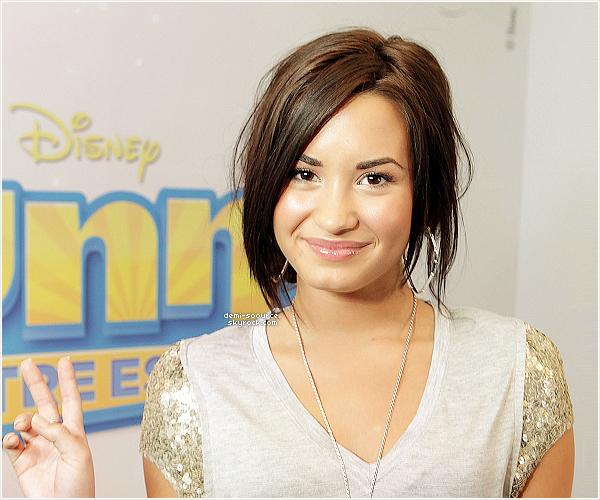 * CAMBIO EXCLUSIVE WITH DEMI !   *  Le site Cambio a annoncé, il y a quelques jours de celà, qu'il concoctait une surprise exclusive aux fans de Demi Lovato ! Tous excités, nous espérions chaque jour voir la nouvelle tomber. Cependant, le site a officiellement annoncé la date précise de l'évènement : LUNDI 7 MARS 2011. « Demi Lovato va poster une message vidéo spécial à tous ses fans ce LUNDI sur Cambio.com. Ce sera la première fois depuis qu'elle a quitté le centre que Demi parlera directement à ses fans pour les remercier de leur soutien. Demi est excitée de revenir au travail et de se regrouper avec tous ses fans autour du monde. »   Ce texte et la traduction ont été rédigés par mes soins. Aucun emprunt n'est toléré, même crédité.  *