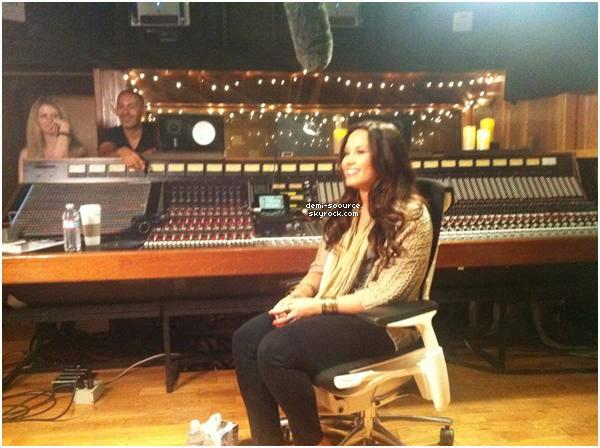 * Découvrez la traduction du LiveChat de Demi Lovato, en exclusivité !  As-tu regardé le LiveChat en direct ? Qu'en as-tu pensé ?   *