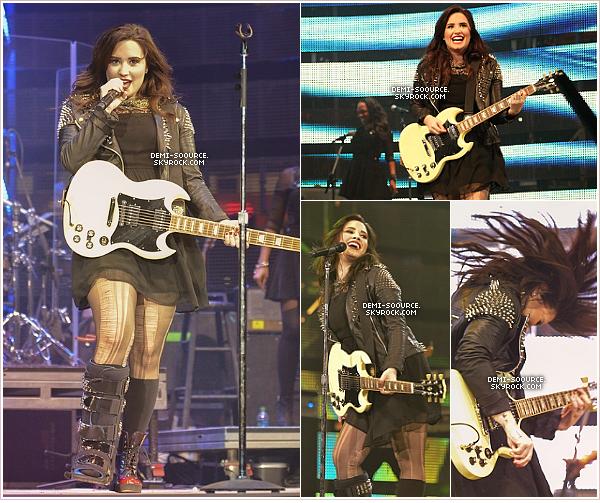 *  03.03.2013 : Demi Lovato a donné un concert au stade Houston Rodeo. (Texas)       __________Il y avait plus de 62 000 fans dans le public ce soir-là. - photo du stade.     *