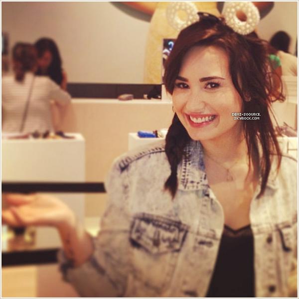 *  11.03.2013 : Dans l'après-midi, Demi a été vue près du centre commercial The Grove. (CA)       *