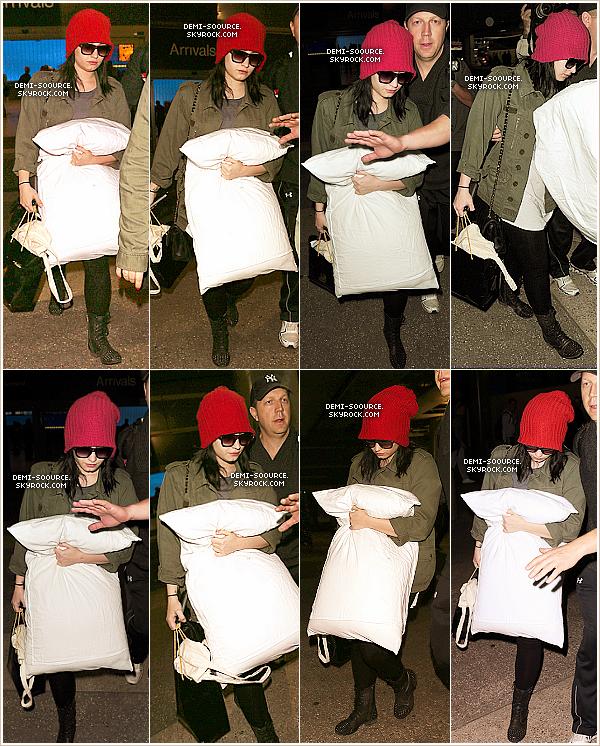 *  28.03.2013 : Demi Lovato a été vue à l'aéroport de Los Angeles. Elle rentre enfin chez elle ! _____________C'est officiel ! Demi a annoncé son retour en tant que juge dans X Factor USA, cette année.     *
