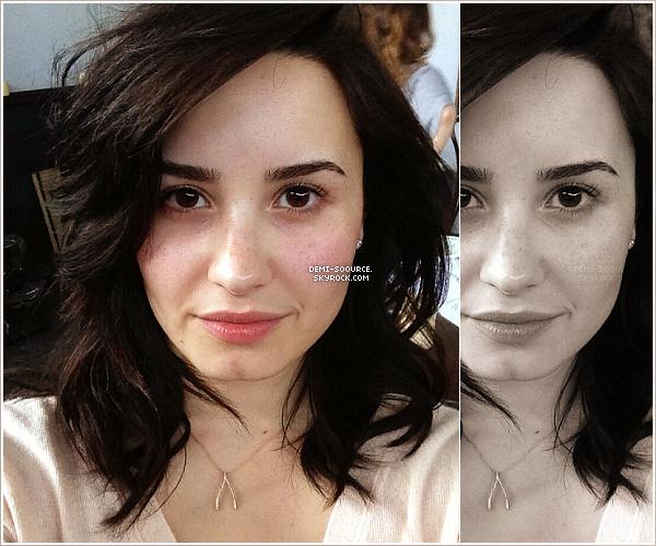 * « Mesdemoiselles, soyez courageuse aujourd'hui ... retirez votre maquillage  et arrêtez d'utiliser ces filtres ! NOUS sommes belles ! »  Demi Lovato, via twitter. *