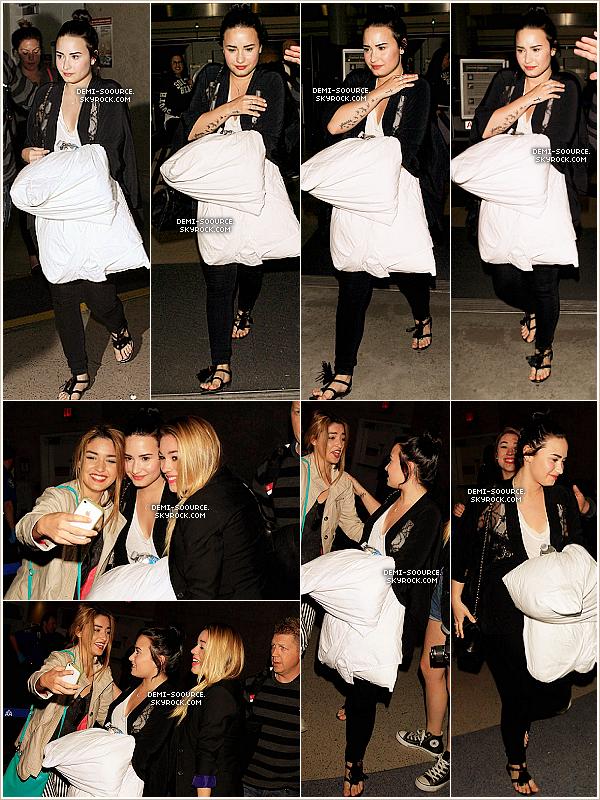 *  18.04.2013 : De retour de son séjour à la Barbade, Demi a été vue à l'aéroport de Los Angeles. *