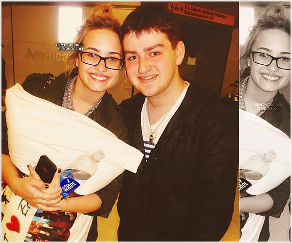 *12.05.2013 : Avec un fan, alors que Demi venait d'atterrir à l'aéroport de New York City.      *