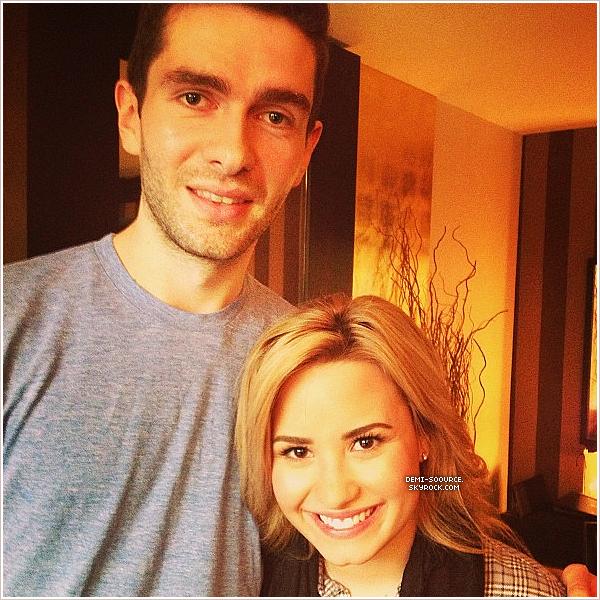 * « Moi et Demi Lovato après avoir parlé de trucs. #demi #music » * Rob Copsey. (28/05, à Londres)        *