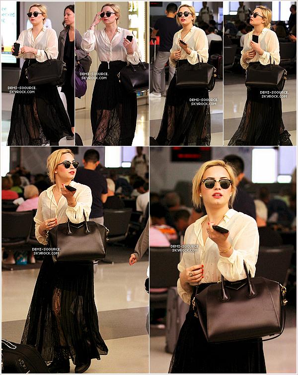 *26.06.2013 : Demi Lovato a été vue arrivant à l'aéroport de Los Angeles.       Direction New York, pour se rendre sur le plateau de Good Morning America le 27 et 28 juin ! *