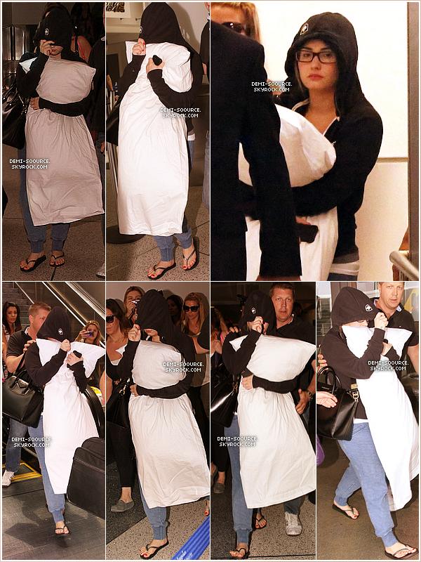 *03.07.2013 : Demi, venant d'atterrir à l'aéroport de Los Angeles : de retour chez elle !  Elle a attrapé mal à la gorge et ne pourra pas assurer sa performance à Philadelphie le 4/07, reportée au 17.  *