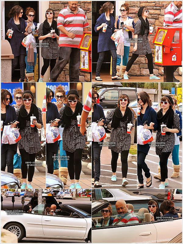 *01.11.2008 : Demi, sa soeur Dallas & Selena Gomez ont été vues quittant McDonalds. (LA)   *
