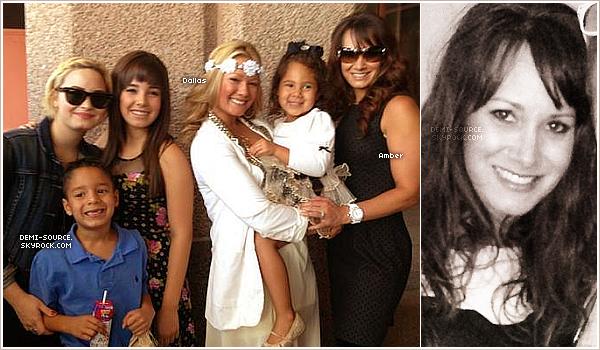 """*  Découvrez une photo de Demi et Dallas, avec leur demi-soeur Amber, et ses enfants !   (Photo datant de fin juin/début juillet dernier.)___________      * Rappelez-vous, en mars dernier, Demi révélait dans une interview radio qu'elle venait d'apprendre l'existence d'une troisième soeur dont elle n'avait jamais entendu parler avant. « J'ai une soeur plus âgée dont je n'ai jamais entendu parler de toute ma vie. Elle a dans la trentaine. C'est ma demi-soeur, mais je lui ai parlé pour la première fois quand j'ai eu 20 ans. Je lui ai demandée : """"Pourquoi ne m'as-tu jamais contactée ?"""" Elle m'a dit : """"Je ne voulais pas que tu penses que j'attendais quoi que ce soit de ta part, alors j'attendais de voir si tu voulais qu'on entretienne une relation."""" J'ai trouvé ça incroyable ! »  Elles ne se sont alors rencontrées alors que très récemment, suite au décès de leur père. Amber est la fille de Patrick Lovato, le père biologique de Demi et Dallas, mais a une mère différente. Elle a aujourd'hui trois enfants, ce qui fait de Demi et Dallas des tatas ! ________________________________________________________________________ www.demi-soource.skyrock.com       *"""