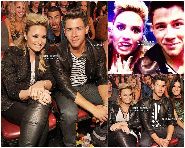 *11.08.2013 : Demi Lovato a assisté aux Teen Choice Awards 2013, à Los Angeles.  *   Nominée dans six catégories cette année, Demi Lovato a remporté 4 récompenses : Artiste féminine, single (Heart Attack), personnalité de télévision (en tant que juge dans X Factor USA) & icone du style. Elle a perdu le prix de Female Hottie (Selena Gomez) et de meilleur sourire (Harry Styles). Vous pouvez revoir la cérémonie en intégralité ici._  *