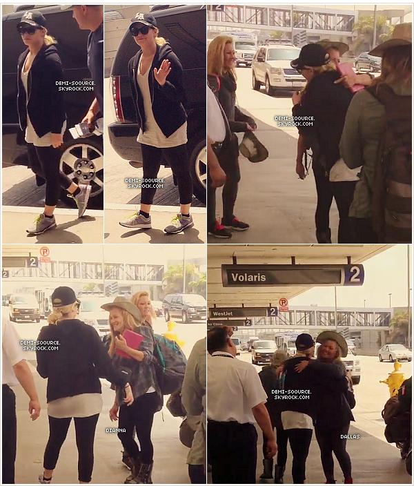 """*14.08.2013 : Demi Lovato a été vue arrivant à l'aéroport de Los Angeles, ce matin.      *  Elle a rejoint sa soeur Dallas, et sa maman Dianna, arrivées à LAX plus tôt. Elles partent dix jours au Kenya (Afrique) pour un safari - avec Max, le garde du corps de Demi, et la meilleure amie de Demi, Marissa Callahan - afin d'aider les enfants là-bas, dans le cadre de la fondation """"Free the children"""". C'est donc en Afrique que Demi soufflera ses 21 bougies !__www.demi-soource.skyrock.com  *"""