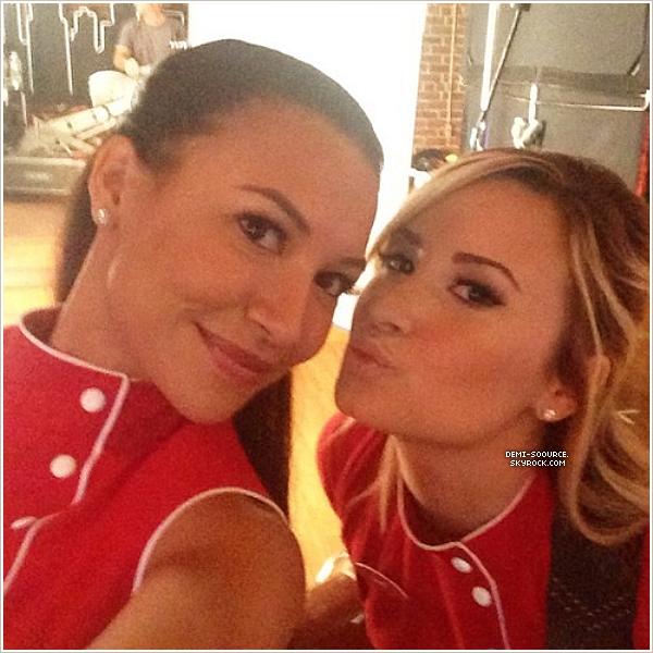 * Demi Lovato et Naya Rivera sur le set de Glee, le 29 août 2013. Demi a commencé le tournage ce mardi. Elle joue Dani, le flirt de Santana. *