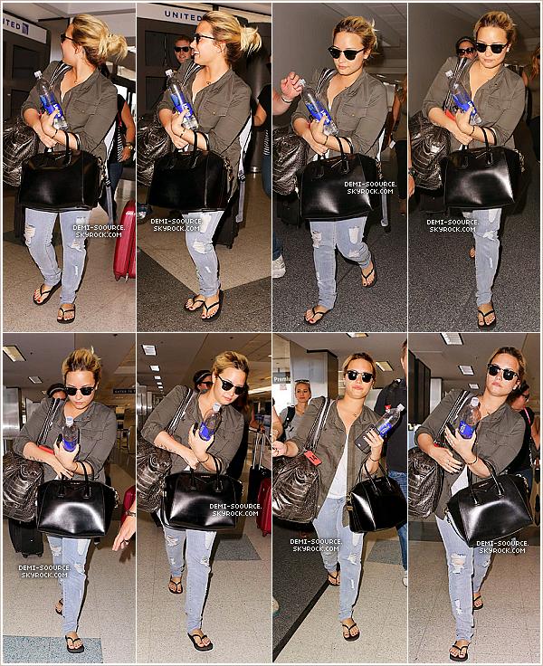 *31.08.2013 : Demi Lovato a été vue à l'aéroport de Los Angeles.   Elle allait prendre un vol direction le Texas, où elle donnera un concert le 01/09. *