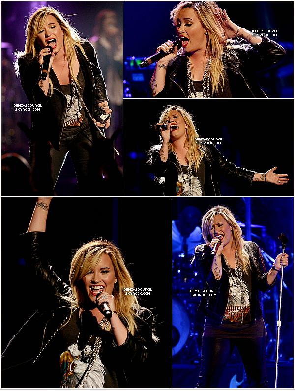 *01.09.2013 : Demi Lovato a donné un concert au « Festival People » à San Antonio. (Texas)  _________________________________(Son premier show depuis son opération des amydgales ...)  *