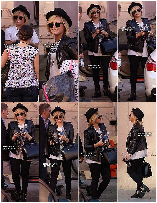 *07.09.2013 : Demi a été vue arrivant aux studios d'X Factor USA. (LA) *