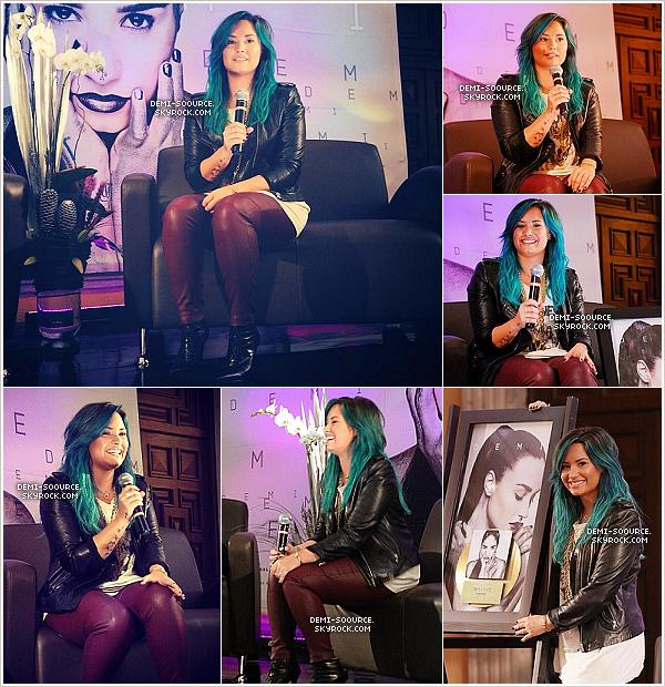 """*11.10.2013 :  Demi Lovato a tenu  une conférence de presse, à Mexico. On lui a remis un disque d'or pour son dernier album, """"DEMI"""" : vidéo.________________ *"""