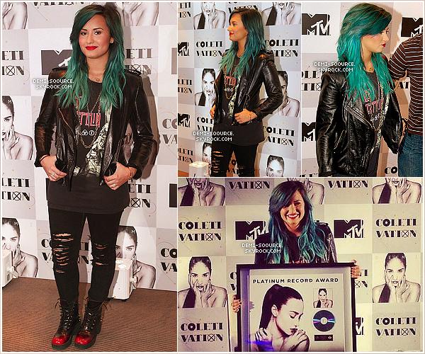 *14.10.2013 : Demi Lovato a tenu une conférence de presse à Sao Paulo. (Brésil) ___________________________________Son album DEMI a été certifié disque de platine au Brésil. *