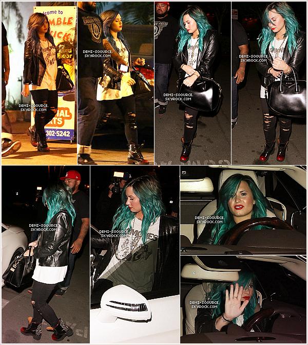 *15.10.2013 : Demi Lovato a été vue rejoignant sa voiture, à Los Angeles. (CA) __________________________________Elle a passé la soirée au Pinz Bowling avec Wilmer Valderrama. *