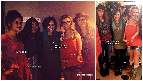 *22.10.2013 : Demi a passé la journée à coacher ses 4 candidates pour X Factor. _______________________Les live shows débutent dès le 29 octobre à raison de deux épisodes par semaine. *