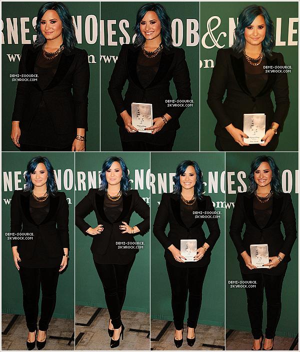 *23.11.2013 : Demi a dédicacé son livre Staying Strong dans la librairie Barney & Nobles. (LA) *