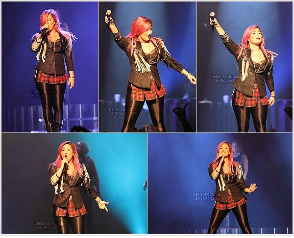 *  15.02.14 : Grippée, Demi Lovato a assuré un concert à Glendale, en Arizona.   *