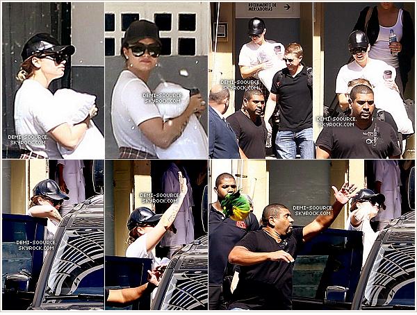 *  29.04.2014 : Demi a quitté son hôtel de Rio de Janeiro avec son coussin. (Brésil)        Elle a ensuite pris un avion direction Brasilia pour la suite de  sa tournée. (photos) *