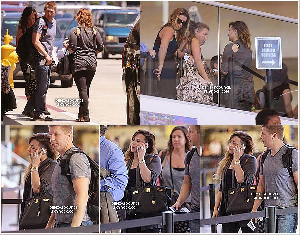 *  15.05.2014 : Demi a été vue arrivant avec son équipe à l'aéroport de Los Angeles.   Elle s'est envolée en direction de Mexico City, où elle donnera un concert le 16/05.     *