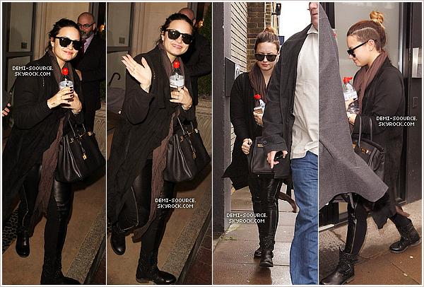 *  27.05.2014 : Demi a été vue quittant son hôtel, puis dans la rue, à Londres. (Angleterre)   « Je veux m'arrêter pour mes fans mais les paparazzis sont vraiment énervants. Je vous aime ! » (via Twitter) *