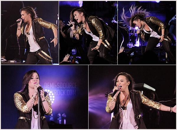 *Le 16 juin 2014, Demi a chanté au Hollywood Bowl, en Californie.   *