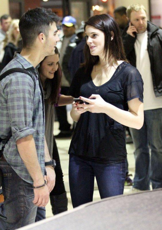 Joe Jonas et Ashley Greene sont rentrés à Los Angeles. Ils ont été surpris en train de roucouler à l'aéroport de Los Angeles, hier.