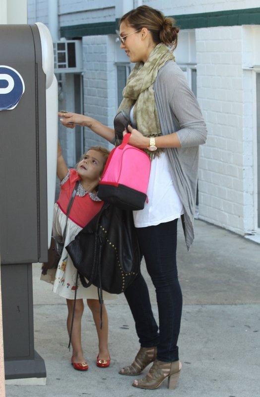 Jessica Alba de sortie avec sa fille à Beverly Hills .