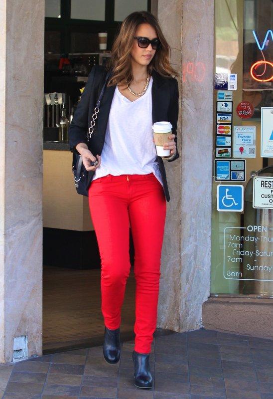 Jessica Alba de sortie à LA le 30 novembre .
