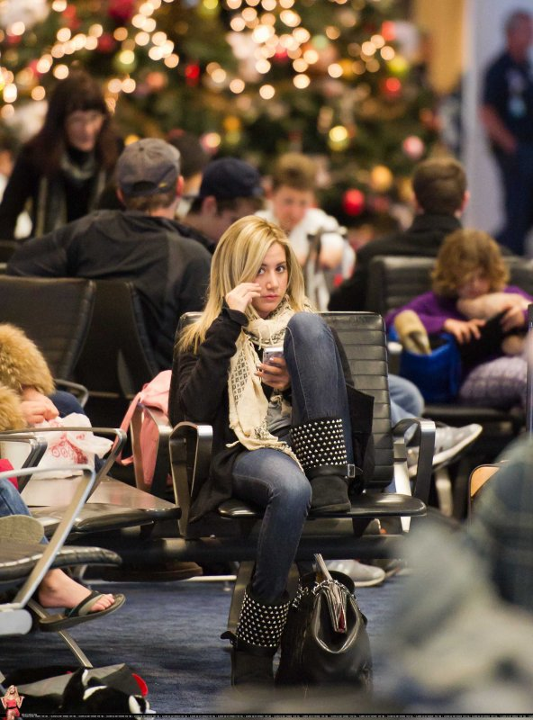 Ashley Tisdale à LAX le 30 décembre direction NY pour fêter le nouvel an + photo provenant de son twitter .