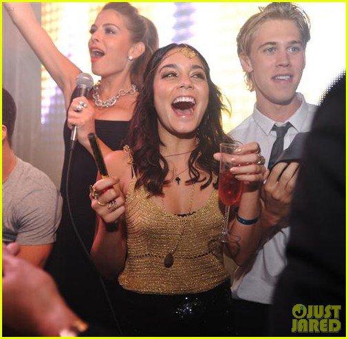 Vanessa Hudgens et Austin Butler fêtant le nouvel an à l'hôtel Fontainebleau avec des amis .