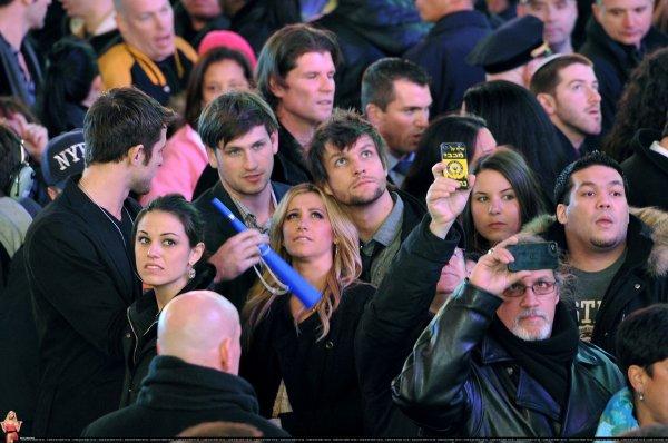 Ashley Tisdale arrivant au restaurant puis à Times Square le 31 décembre .