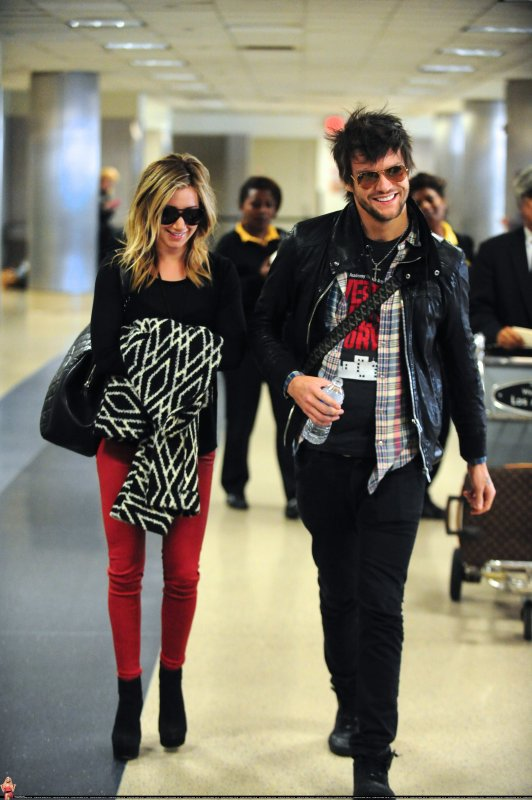 Ashley Tisdale à LAX avec Martin Johnson ( un nouveau boyfriend ? ) Tenue simple mais j'aime beaucoup <3