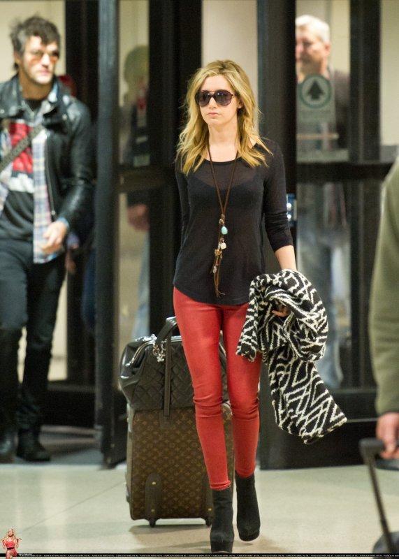 Ashley Tisdale à LAX avec Martin Johnson ( un nouveau boyfriend ? ) Tenue simple mais j'aime beaucoup <3