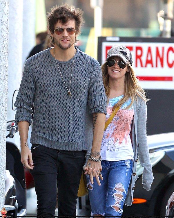 Photo provenant du twitter d'Ashley + sortie avec son nouveau boyfriend .