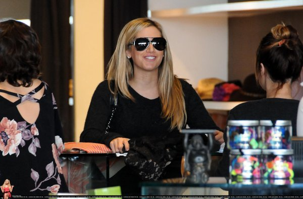 Shopping à Planet Blue pour Ashley Tisdale .