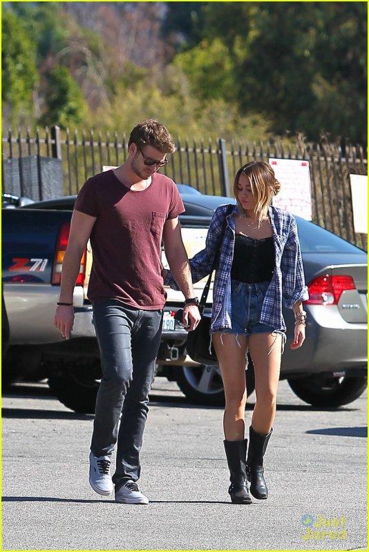 Miley Cyrus de sortie avec Liam Hemsworth .