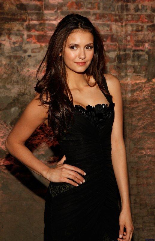 Le 11 février Nina Dobrev était au défilé Automne 2012 de Venexiana.
