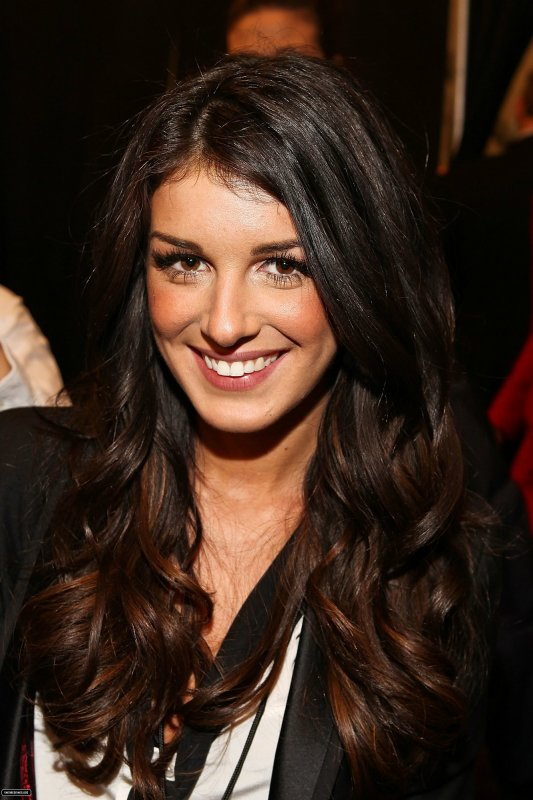 Shenae Grimes était à la Mercedes-Benz Fashion Week .
