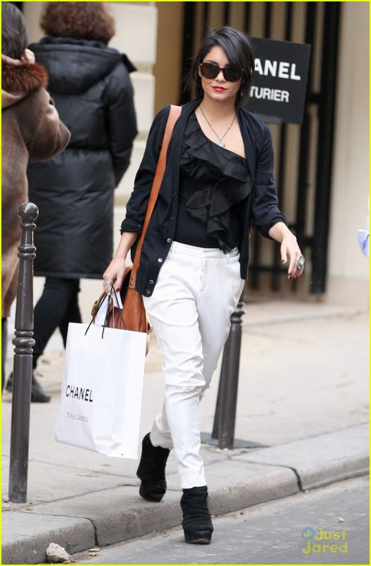Vanessa Hudgens faisant du shopping chez Chanel à Paris .